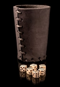 LEATHER DICE CUP BLACK AND 6 BONE DICE - EUROPE{% if kategorie.adresa_nazvy[0] != zbozi.kategorie.nazev %} - LIVING HISTORY, CRAFTS{% endif %}