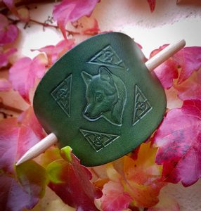 WOLF, LEATHER HAIR CLIP, GREEN - HAIR CLIPS, ACCESSORIES, JEWELLERY{% if kategorie.adresa_nazvy[0] != zbozi.kategorie.nazev %} - LEATHER PRODUCTS{% endif %}