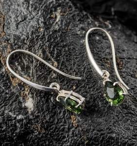 SINOPE, EARRINGS, FACETED MOLDAVITE JEWELRY, SILVER - MOLDAVITES, CZECH JEWELS{% if kategorie.adresa_nazvy[0] != zbozi.kategorie.nazev %} - JEWELLERY{% endif %}