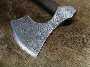 AXE OF PERUN, ETCHED SLAVIC AXE - HALLEBARDES, HACHES, MASSES{% if kategorie.adresa_nazvy[0] != zbozi.kategorie.nazev %} - ARMURERIE: LES ARMES{% endif %}