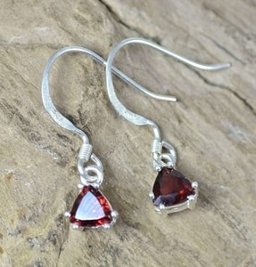 TRIANGULAR, STERLING SILVER GARNET EARRINGS - MYSTICA SILVER COLLECTION - EARRINGS{% if kategorie.adresa_nazvy[0] != zbozi.kategorie.nazev %} - JEWELLERY{% endif %}