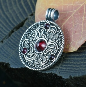EAGLE HEADS, TRISKELE, ANGLO-SAXON PENDANT, STERLING SILVER - FILIGREE AND GRANULATED REPLICA JEWELS{% if kategorie.adresa_nazvy[0] != zbozi.kategorie.nazev %} - JEWELLERY{% endif %}
