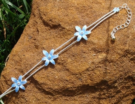 BRACELET WITH BLUE FLOWERS