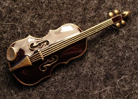 VIOLIN, costume brooch, VIOLIN PENDANTS and EQUIPMENT, MUSICAN JEWELLERY