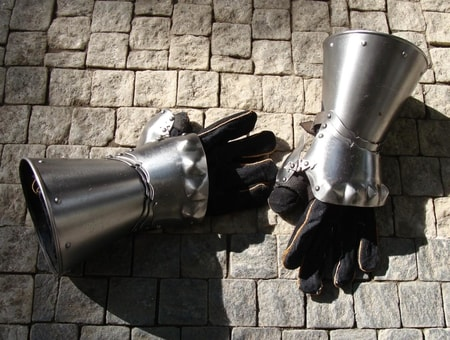 STEEL GAUNTLETS WITHOUT FINGERS