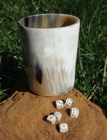 6 BONE DICES AND HORN DICE CUP
