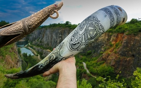 MAGNUS, carved drinking horn de luxe