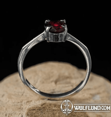 OCULAR, STERLING SILVER RING WITH GARNET
